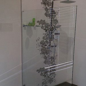 Frameless Screen with Glass Stabilizing Shelf