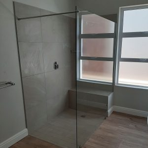 Frameless Shower Screen with Stabilizing Bar